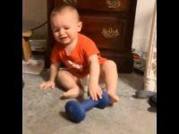 史上最年少のパワーリフティング? とっても可愛らしい重量挙げ赤ちゃん