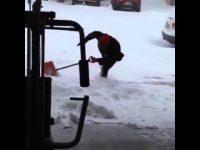 新しいダンススタイル誕生の瞬間か!? 雪かきしている最中にメッチャ滑りまくる男