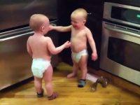 最近流行のジュラシックワールドのモノマネか?赤ちゃん界の密談