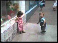 これ、大人なら逮捕レベル・・・―めげずにアタックし続ける幼児