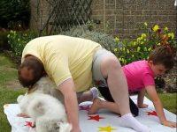 対戦相手に買収か?―ツイスターゲームを妨害する犬