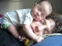 パパ大好きすぎる赤ちゃんの寝顔