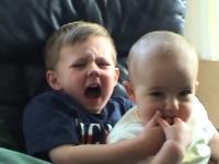 悲劇!赤ちゃんに指を噛まれる・・・
