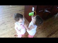 寝癖直してあげてる? ミルクを整髪料代わりに双子の妹の髪をセットする幼女