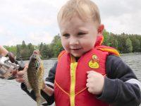 息子と釣りに出かけた!釣れた魚が怖くって触れない息子w